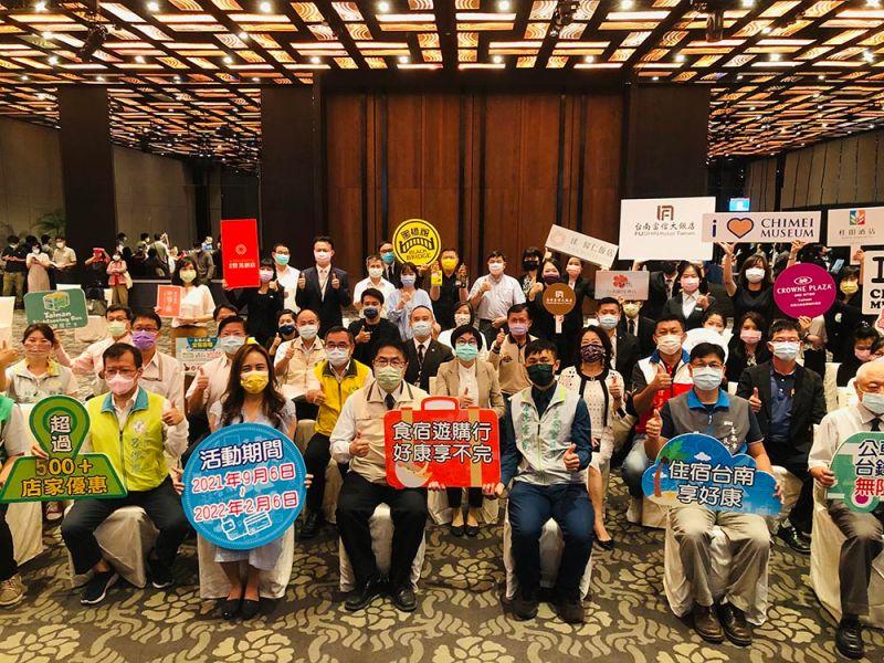 ▲台南市長黃偉哲與好康券業者一起出席今日發佈活動(圖/記者林怡孜攝,2021,09,06)