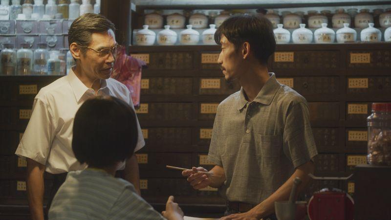 ▲劇中夏靖庭(左)放心把中藥行交棒給陳竹昇。(圖/華視、CATCHPLAY提供)