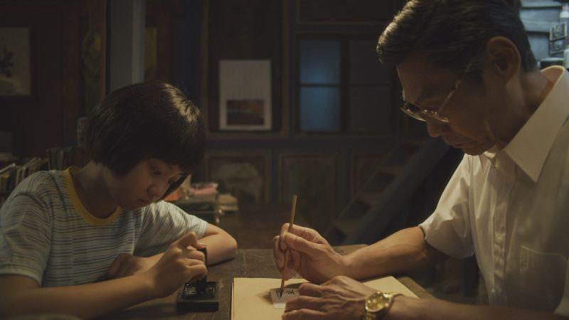 ▲吳以涵(左)劇中幫夏靖庭磨墨。(圖/華視、CATCHPLAY提供)