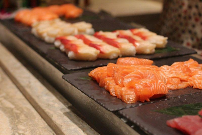 ▲網友到buffet餐廳只選擇享用鮭魚生魚片,但同桌友人全不拿,讓他十分震驚。(示意圖/翻攝pixabay)