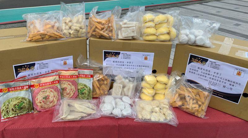 ▲中市向上扶輪社捐贈的愛心食物箱,裝滿日常生活物資。(圖/社會局提供)