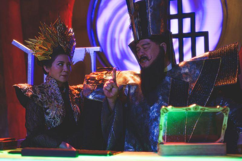 ▲王彩樺(左)、羅北安扮閻羅王后與閻羅王。(圖/公視台語台)