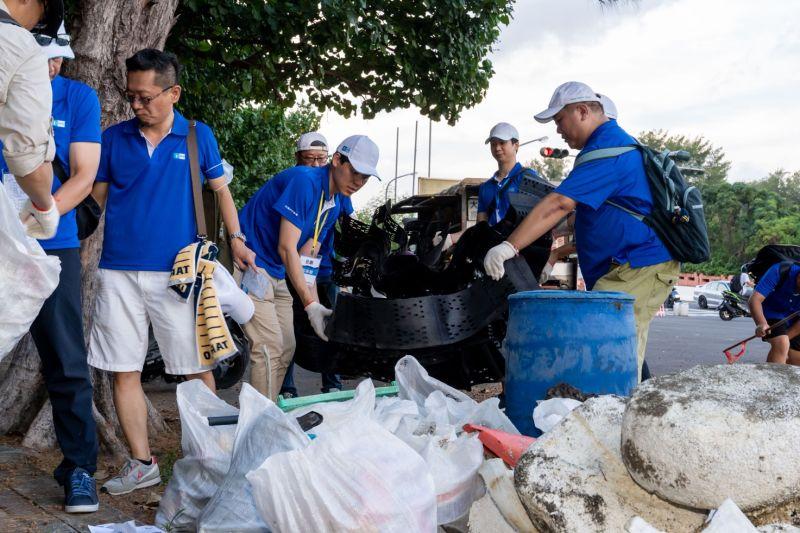 ▲公司號召員工至台南安平舉辦淨灘活動,清除海洋廢棄物,提供海洋生物一個友善的生存環境。(圖/品牌提供)