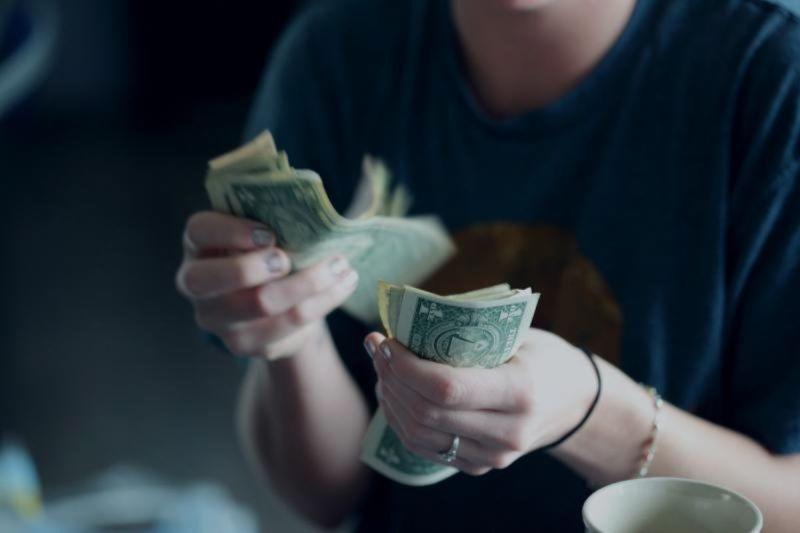 ▲老婦中獎的刮刮樂遭搶,無法順利拿到大筆金額的獎金。(示意圖,非當事人/取自Unsplash)