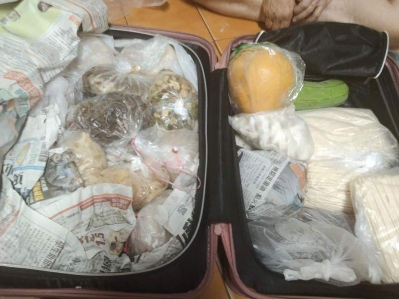 ▲行李箱裡塞滿食物,讓原PO充分感受到阿嬤滿滿的愛。(圖/翻攝自《爆廢工社》)
