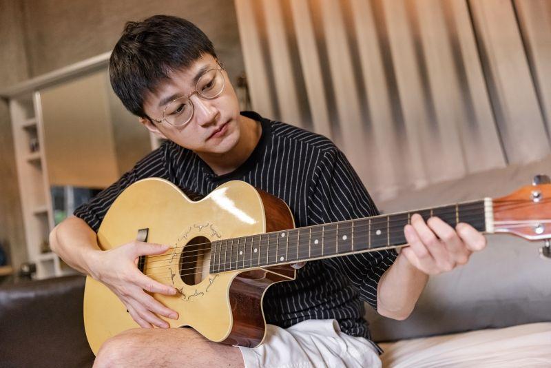 ▲江宏傑拿起房內的吉他練習。(圖/台視提供)
