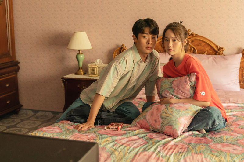 ▲▼《奇蹟:給總統的一封信》是朴正民(上下圖左)與潤娥首次合作的電影。(圖/車庫娛樂)