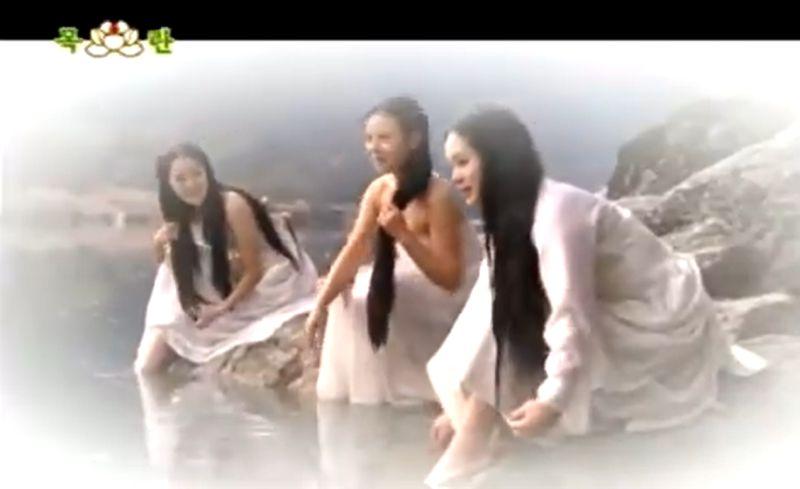 ▲▼本韓女星野外洗澡片段。(圖/朝鮮經貿文化情報DPRK臉書)