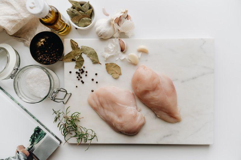▲肉質紮實的雞胸肉煮熟後相當容易乾柴,因此相當考驗主婦手藝。(圖/翻攝Pexels)