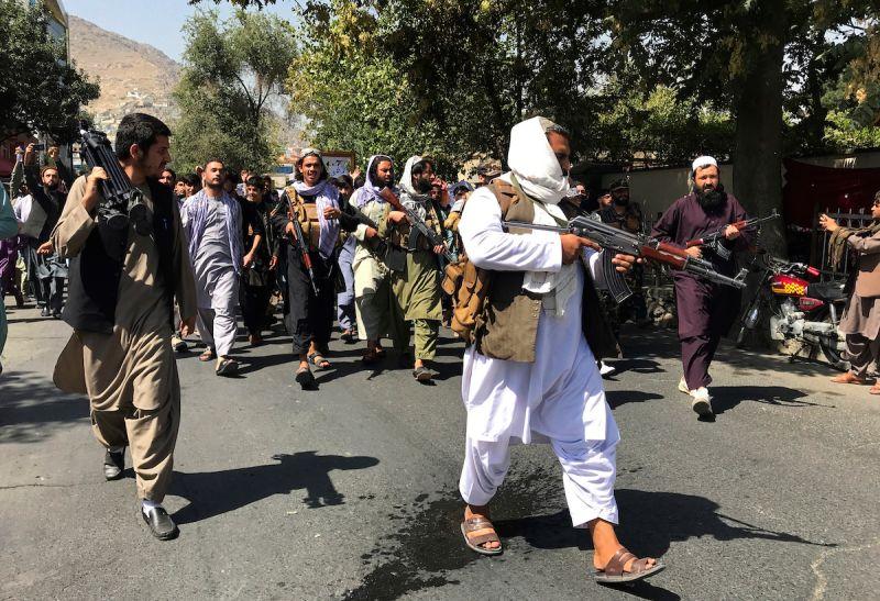 ▲塔利班7日對空鳴槍,驅散在首都參加反巴基斯坦示威的人群。(圖/美聯社/達志影像)