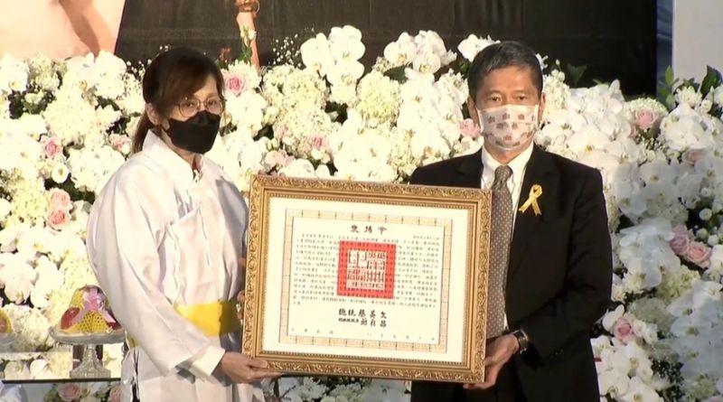▲李永得(右)頒贈總統褒揚給李行女兒。(圖/李行導演治喪委員會提供)