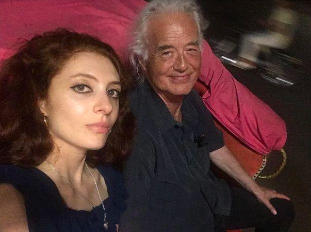 ▲77歲的吉米佩奇(右)與32歲的史嘉蕾貝特大談「爺孫戀」。(圖/翻攝史嘉蕾貝特IG)
