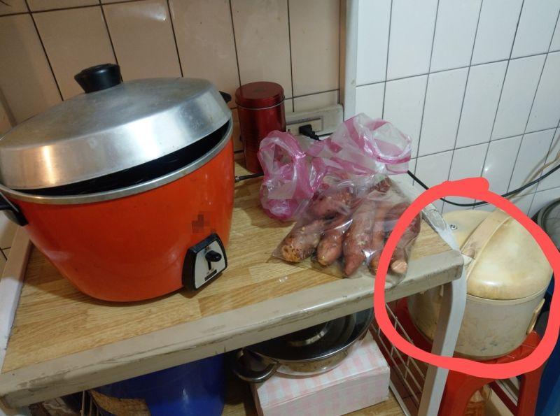 ▲網友在電子鍋外鍋加水,導致水從機器裡流了出來。(圖/翻攝爆怨2公社臉書)