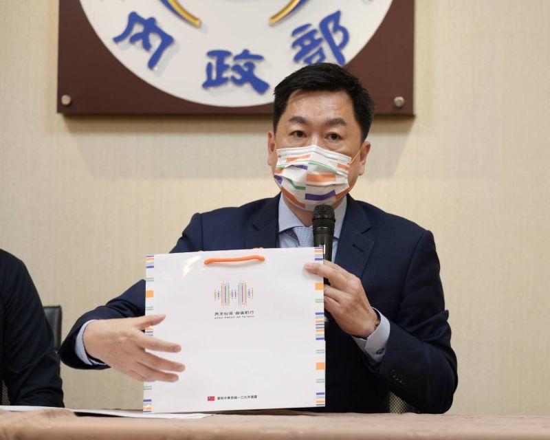 ▲國慶籌備委員會秘書長陳宗彥說明國慶主視覺設計。(圖/內政部提供)