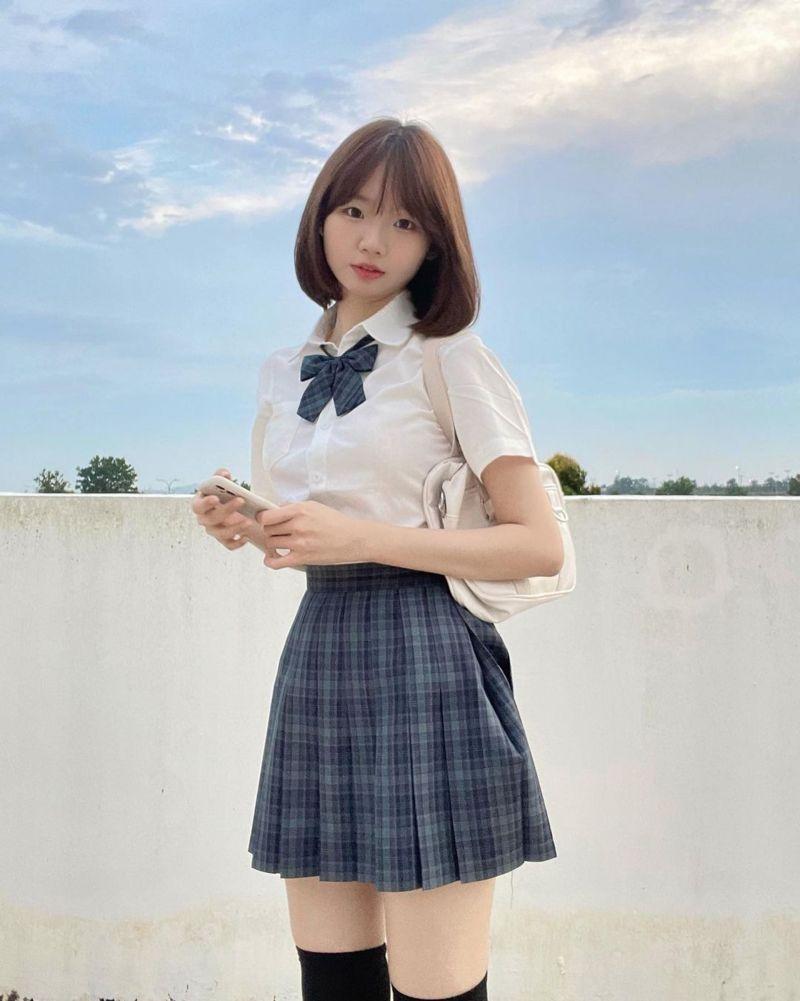 ▲短髮正妹的身份是位新加坡網紅。(圖/翻攝自@weitinggg___的IG)