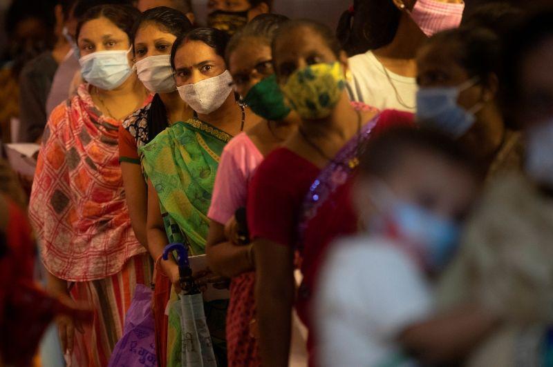 ▲印度當局警告金融重鎮孟買已出現新一波COVID-19(2019冠狀病毒疾病)疫情。圖為孟買女性排隊接種新冠疫苗。(圖/美聯社/達志影像)