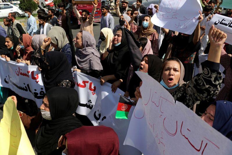 ▲有外媒聲稱阿富汗女性近日在喀布爾示威,遭到塔利班戰士以鞭子及棍棒攻擊。(圖/美聯社/達志影像)