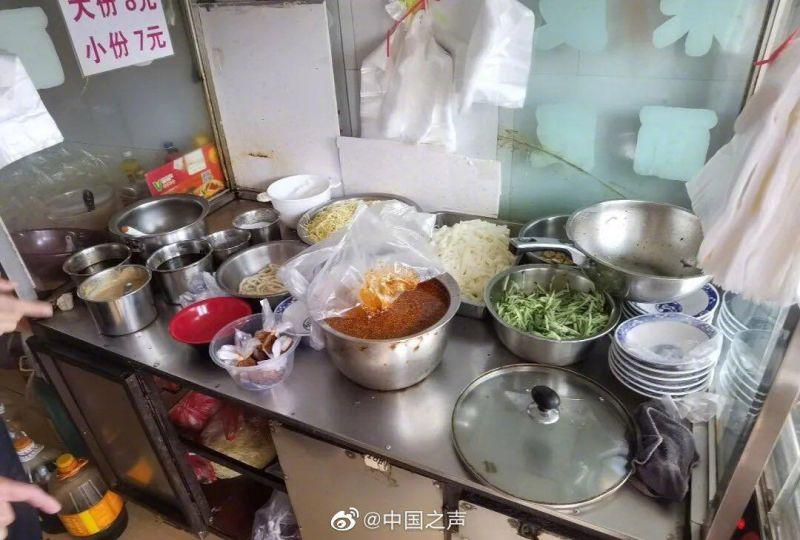 ▲中國一名涼麵店老闆在辣椒油中添加罌粟殼熬煮,試圖挽救每況愈下的慘淡生意。(圖/翻攝自微博《中國之聲》)