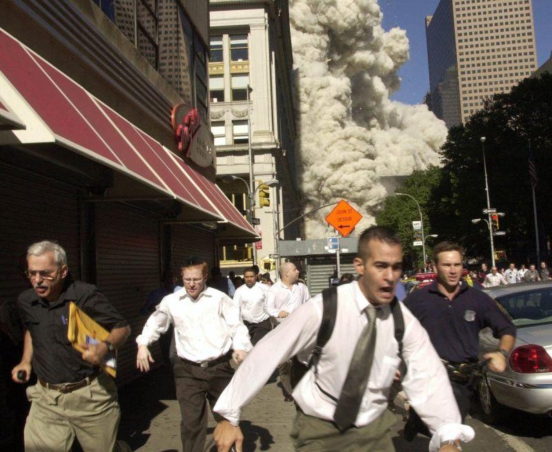 ▲世貿中心倒塌瞬間,民眾慌忙逃跑。(圖/美聯社/達志影像)