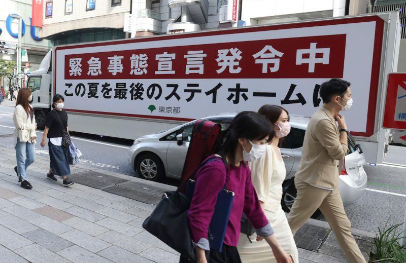 ▲日本為因應COVID-19疫情在東京與大阪等19地實施的緊急事態宣言,預計9月30日到期,日本政府內部認為,疫情若照現狀持續改善,多數地區應可如期解除緊急事態。(圖/美聯社/達志影像)