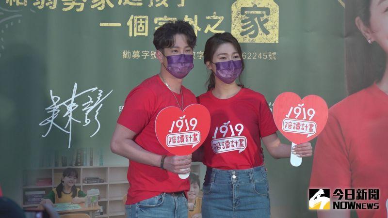 ▲吳東諺(左)、白家綺為女兒簽BNT疫苗同意書,盼女兒照時間打到疫苗。(圖/記者王嘉鴻攝)