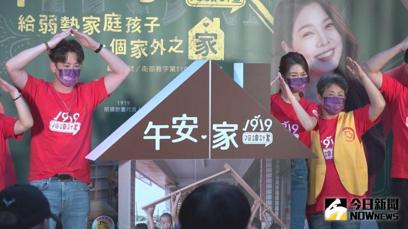 ▲吳東諺(左)、白家綺圓七年夢想,搬進百坪新家。(圖/記者王嘉鴻攝)