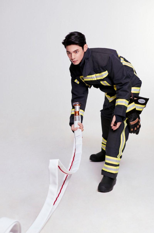 ▲林柏宏使用消防器材姿勢專業又標準。(圖/經紀人提供)