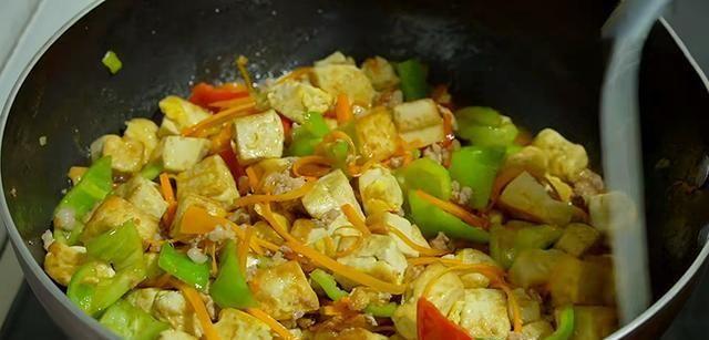 ▲炒蛋除了炒蔬菜之外,也可以和豆腐一起下鍋料理。(圖/翻攝自搜狐號《聊歷史故事》)