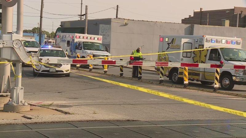 ▲美國伊利諾州東聖路易市發生槍擊案造成多人受傷,有關當局正在緝捕駕車逃逸途中撞上通勤列車的犯嫌。(圖/翻攝自福斯新聞網)