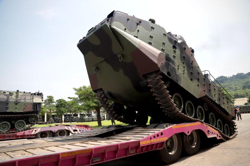 ▲第四作戰區海軍陸戰隊AAV7兩棲突擊車前推預置上板作業。(圖/第四作戰區提供)