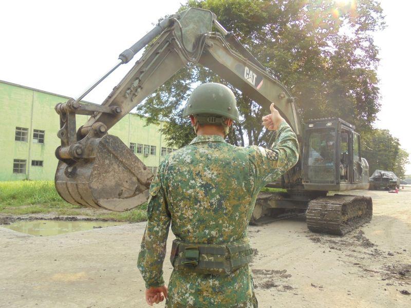 ▲第四作戰區機步333旅執行挖土機檢整測試。(圖/第四作戰區提供)