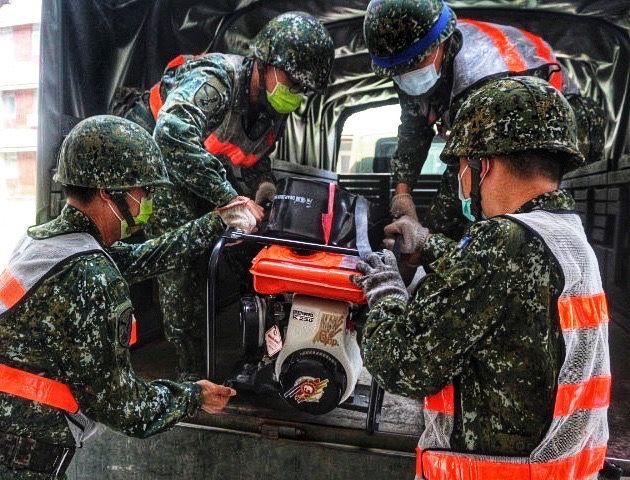 ▲第四作戰區步兵117旅執行抽水機預置作業。(圖/第四作戰區提供)