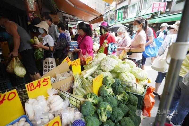 ▲颱風璨樹來襲,民眾預期心理擔心颱風後菜價上漲,11日上午前往傳統市場採買,在菜攤前排隊等待結帳。中央社記者徐肇昌攝 110年9月11日