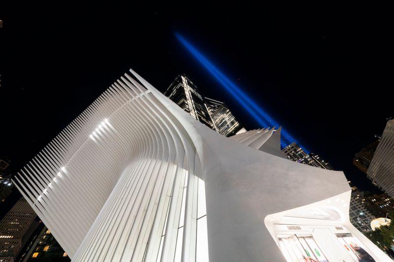 ▲911恐攻20週年,當年被客機撞毀的紐約世界貿易中心原址點亮藍光,紀念美國史上最黑暗的一天。(圖/美聯社/達志影像)