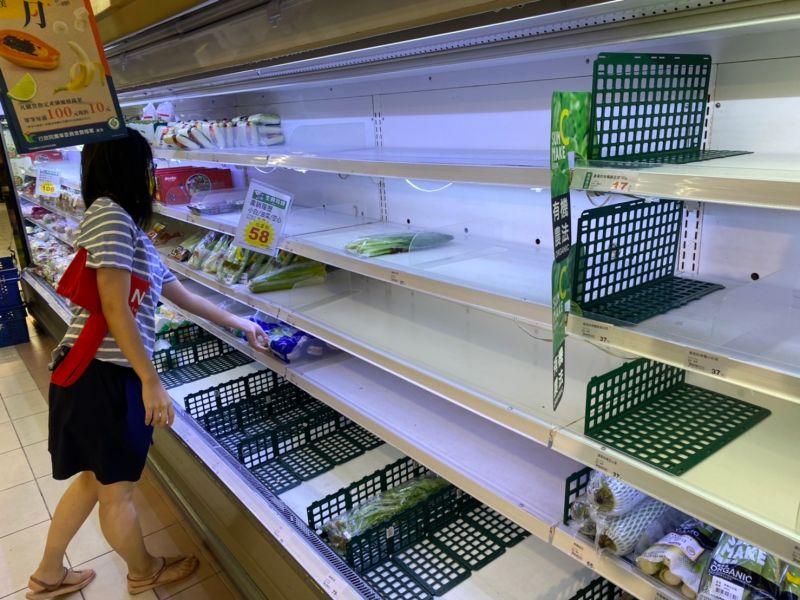 ▲璨樹颱風來襲,民眾提前掃空菜架。(圖/記者吳嵩浩攝)