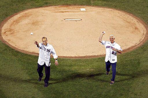 ▲前洋基總教練Joe Torre,  與大都會總教練Bobby Valentine 開球。(圖/美聯社/達志影像)