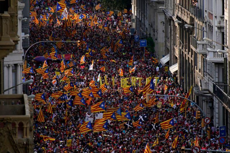▲數以千計的加泰隆尼亞分離主義者今天湧入巴塞隆納街頭,在和西班牙政府展開新一輪談判前先測試自己的實力。(圖/美聯社/達志影像)