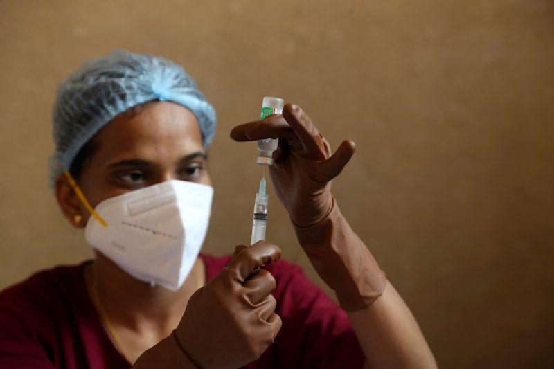 ▲WHO官員指出,由於Delta等變種病毒出現,光靠疫苗已經無法終結疫情。示意圖。(圖/美聯社/達志影像)