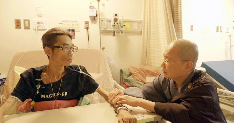 ▲關懷人員(右)與病人互動。(圖/牽猴子提供)