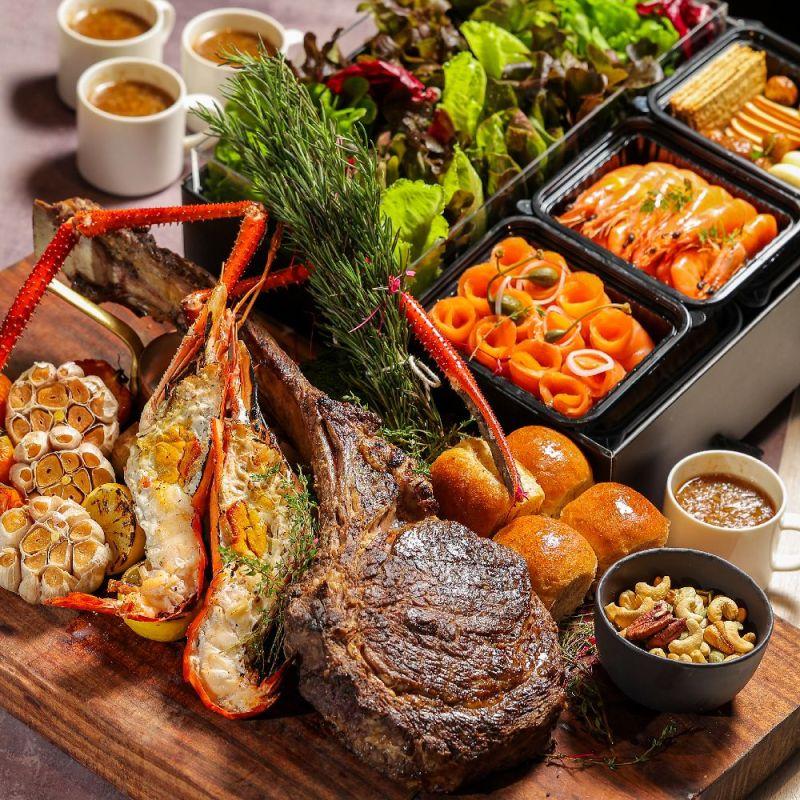 ▲晶華酒店推出碳烤大餐,包括澳洲戰斧巨無霸蝦海陸套餐,(圖/業者提供)