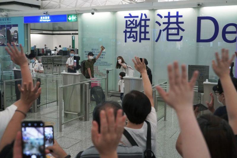 ▲ 香港因國安法實施而爆發移民潮,今年一至六月香港居民來台居留人數高達4697人,較去年同期激增18.6%,數據顯示民在成為移入台灣人口大宗。(圖/美聯社/達志影像)