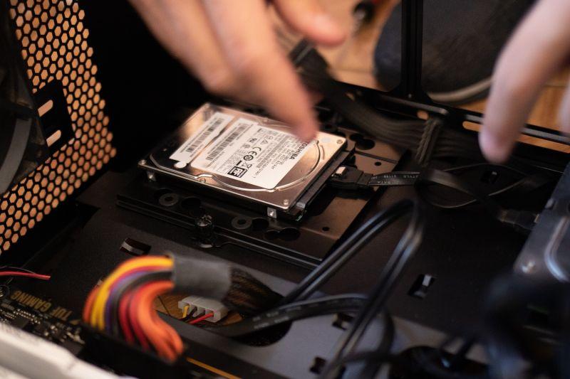 ▲有懂電腦的網友被女性友人拜託幫忙修電腦,沒想到他見到「桌面1圖案」並追問後,決定收取維修費。(圖/翻攝Pexels)