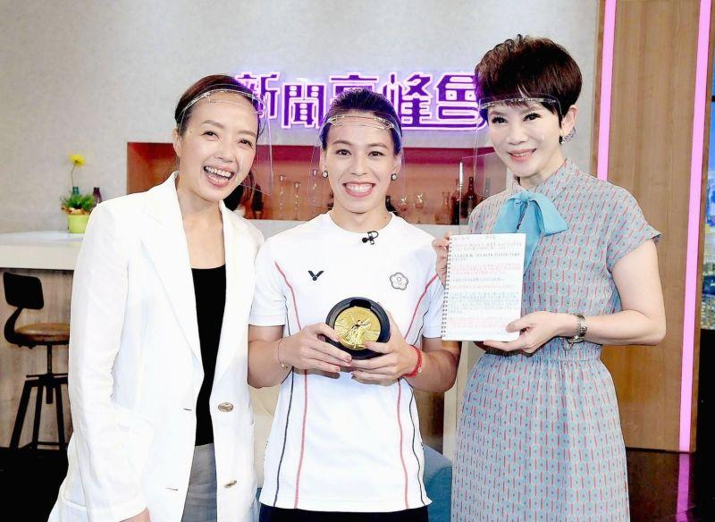 ▲郭婞淳(中)的偶像許芳宜(左)現身節目,右為主持人陳雅琳。(圖/華視提供)