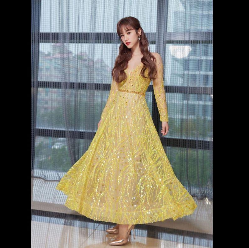 ▲吳姍儒身穿金黃色禮服出席妹妹婚禮。(圖/吳姍儒IG)