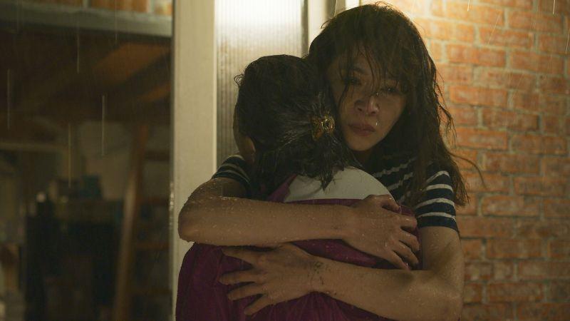 ▲謝盈萱(右)緊抱心碎的于子育。(圖/華視、CATCHPLAY提供)