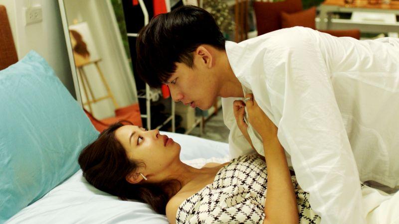▲莫允雯(左)、吳念軒在《戀愛是科學》熱吻忘情投入。(圖/三立)