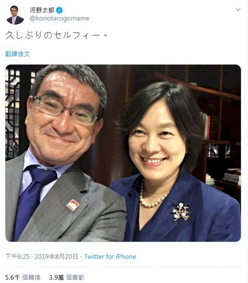 ▲圖為河野太郎2019年與中國外交部發言人華春瑩自拍。(圖/翻攝自推特)