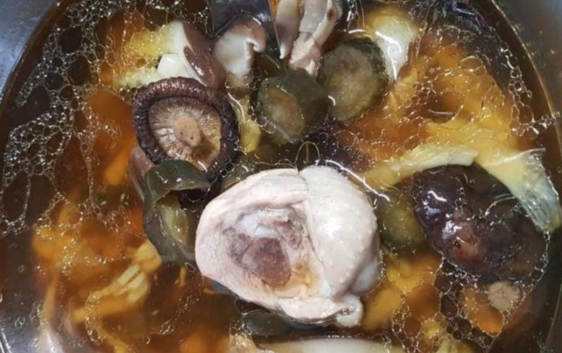 ▲原PO分享「脆瓜香菇雞湯」的簡易做法。(圖/翻攝自《我愛全聯-好物老實説》)
