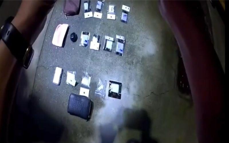 ▲警方在側背包內共查扣海洛因9包(總毛重27.3克)、安非他命7包(總毛重11克)還有玻璃球等施用工具。(圖/翻攝畫面)