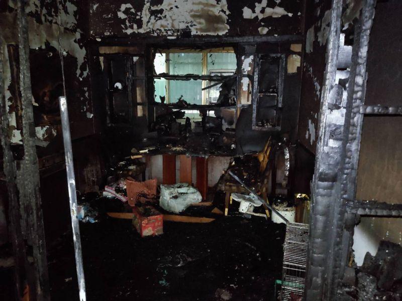 ▲屋內被燒得滿目瘡痍。(圖/翻攝畫面)